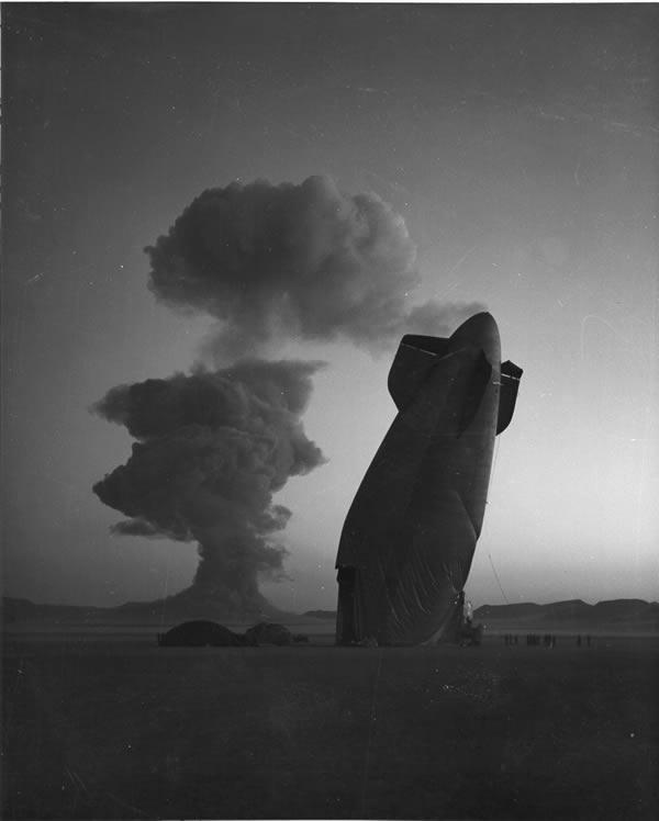 дирижабль, переломившийся от ударной волны атомной бомбы