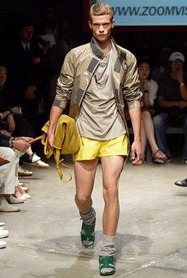 Сандалии в носках - показ мод